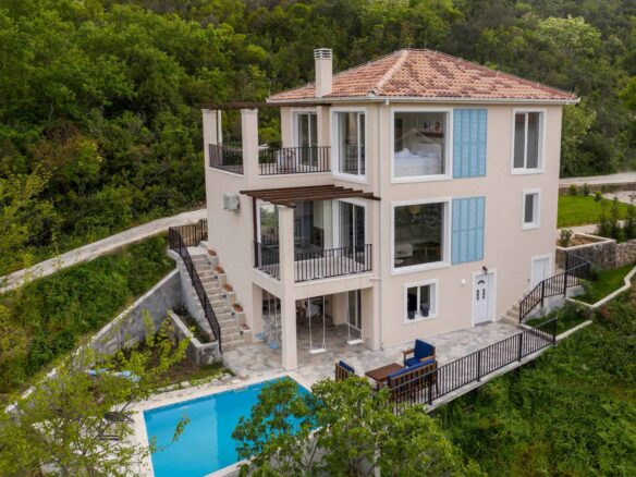 House with swimming pool for sale in Tivat Bay