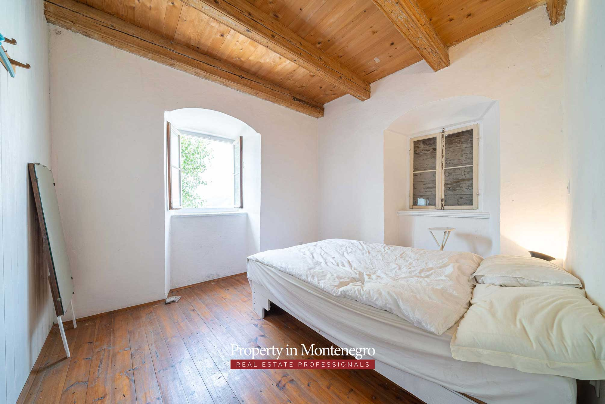 Stone house for sale in Perast